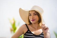 Styl życia portret młoda szczęśliwa, piękna kobieta w i zdjęcie stock