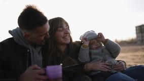 Styl życia portreta mama, tata i dziecko w happines na plaży przeciw słońce połyskowi, na zewnątrz Potomstwa, elegancka rodzina zbiory wideo