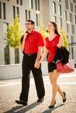 Styl życia w czerwieni - młodzi ludzie chodzi ulicę Zdjęcia Royalty Free