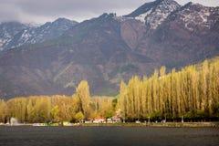 Styl życia w Dal jeziorze, Domowej łodzi wzdłuż Dal jeziora i mountai, Obrazy Royalty Free