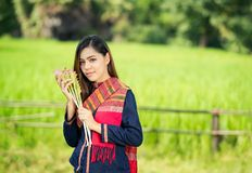 Styl życia wiejskie Azjatyckie kobiety w polu przy wsią zdjęcia royalty free