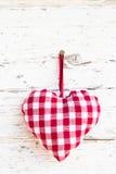 Styl för land för röd rutig hjärtaform hängande - hälsningkortet - Arkivfoton