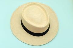 Styl nakrętek Panama kapelusz kłaść na niebieskie niebo koloru tle Obraz Stock