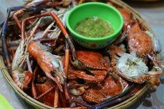 Styl piec na grillu jedzenie, owocych morzy naczynia, krewetki i palący kraby kolorowi, jeść, gotowi jeść z chili kumberland obrazy stock