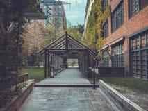 Styl w centrum Tbilisi Nowożytny podwórze w Stamba hotelu z pięknymi widokami, aleja z drewnianą strukturą zdjęcie stock