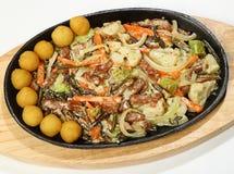 Styl wołowiny gulasz smażył wołowiny tenderloin z paprocią, bekonem, brokułami, kalafiorem, cebulą i marchewką w śmietance słuzyć Obrazy Stock