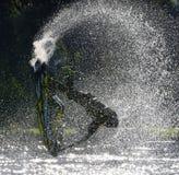 Styl wolny Dżetowa narciarka wykonuje tylnego trzepnięcie tworzy przy udziałem kiść Zdjęcie Royalty Free