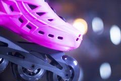 Styl wolny inline jeździć na łyżwach w sklepie Zdjęcie Stock