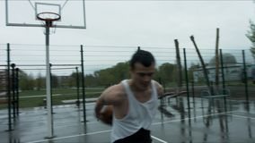 Styl wolny koszykówki piłka na ulicznym boisku zdjęcie wideo