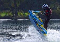 Styl wolny narciarki spełniania Dżetowy skok tworzy przy udziałem kiść Obraz Royalty Free
