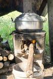 Style à cuire thaïlandais, pot de vapeur sur le feu-fourneau local de vintage dans la cuisine de la vieille maison en bois Image stock