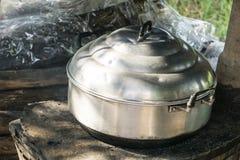 Style à cuire thaïlandais, pot de vapeur sur le feu-fourneau local de vintage dans la cuisine de la vieille maison en bois Photo stock