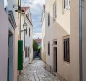 Style architectural méditerranéen européen traditionnel dans les rues et les maisons, yard, porches, escaliers, volets pendant l' photographie stock