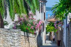 Style architectural méditerranéen européen traditionnel dans les rues et les maisons, yard, porches, escaliers, volets pendant l' photos libres de droits