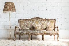 Style classique et lampe de sofa dans la chambre de vintage photos libres de droits