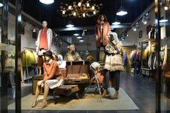 Style créatif de mannequins dans la boutique d'habillement Photos stock