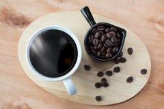 Style d'égouttement de café sur la table Café chaud dans des tasses sur un t en bois photo stock