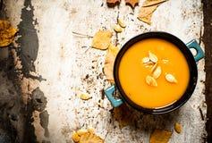 Style d'automne Potage de potiron avec des graines Photos stock