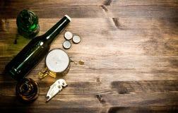 Style de bière - bouteille, bière dans le verre et couvertures Images libres de droits