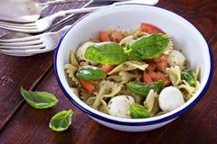 Style de Caprese de salade de pâtes avec le farfalle Photographie stock libre de droits