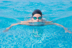 Style de course de papillon de natation de jeune fille Photo stock