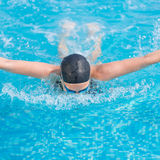 Style de course de papillon de natation de jeune fille Photo libre de droits