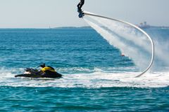 Style de dauphin pendant une exposition de flyboard photo stock