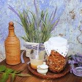 Style de vie avec du miel organique, la pomme sèche, le vin lokal et les fleurs photographie stock