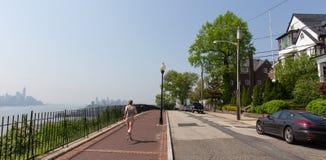 Style de vie sain La femme pulse sur l'avenue de Hamilton par le parc de Hamilton, New Jersey Manhattan de New York City dans photographie stock libre de droits