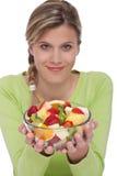 Style de vie sain - salade de fruits de fixation de femme Images stock