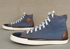 Style de vintage de chaussure bleue d'espadrille de sport sur le fond gris Image libre de droits