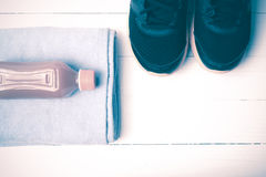 Style de vintage de chaussures de course, de serviette et de jus d'orange Photo stock