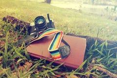 Style de vintage de livre et de smartphone Photographie stock