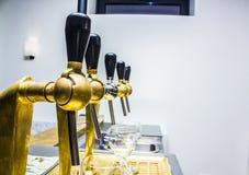 Style de vintage de rangée de robinets de bière image stock