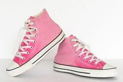 Style de vintage des chaussures d'espadrille de gradient de rose de sport sur le dos de blanc Photos stock