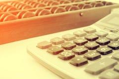 Style de vintage - perles et calculatrice en bois d'abaque sur W Photos libres de droits