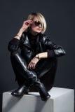 Style en cuir noir Regard de mode de jeune beau sitti de femme Photographie stock libre de droits