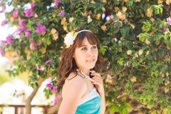 Style extérieur d'été de portrait de mode du jeune beau nouveau visage de femme souriant sur l'île tropicale ayant l'amusement de photos libres de droits