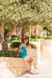 Style extérieur d'été de portrait de mode du jeune beau nouveau visage de femme souriant sur l'île tropicale ayant l'amusement de images libres de droits