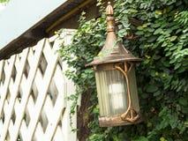 Style gentil de lampe, dans l'arrière-cour Monté sur un mur fait de ciment Images stock
