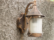 Style gentil de lampe, dans l'arrière-cour Monté sur un mur fait de ciment Image libre de droits