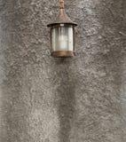 Style gentil de lampe, dans l'arrière-cour Monté sur un mur fait de ciment Photos libres de droits