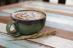 Style italien de café chaud de Latte traditionnel dans la boutique t doux de café Photo libre de droits