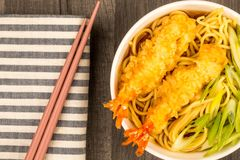 Style japonais Tiger Prawn Tempura Noodle Soup à l'oignon de ressort images libres de droits