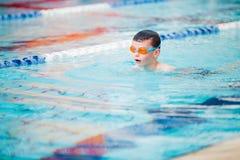 Style libre de natation de garçon Photographie stock
