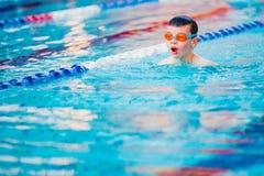 Style libre de natation de garçon Photos stock