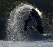 Style libre Jet Skier exécutant le saut créant au sort de jet Image libre de droits