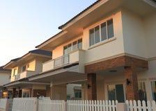 Style moderne de grande maison avec le soleil images stock