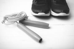 Style noir et blanc de chaussures de course et de couleur de ton de corde à sauter Photographie stock libre de droits