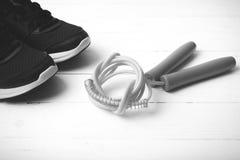 Style noir et blanc de chaussures de course et de couleur de ton de corde à sauter Photo stock